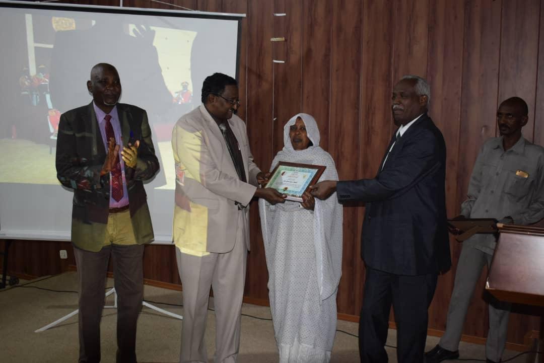 ضمن احتفالها بيوم الخدمة وزارة العدل تكرم الموظف المثالي