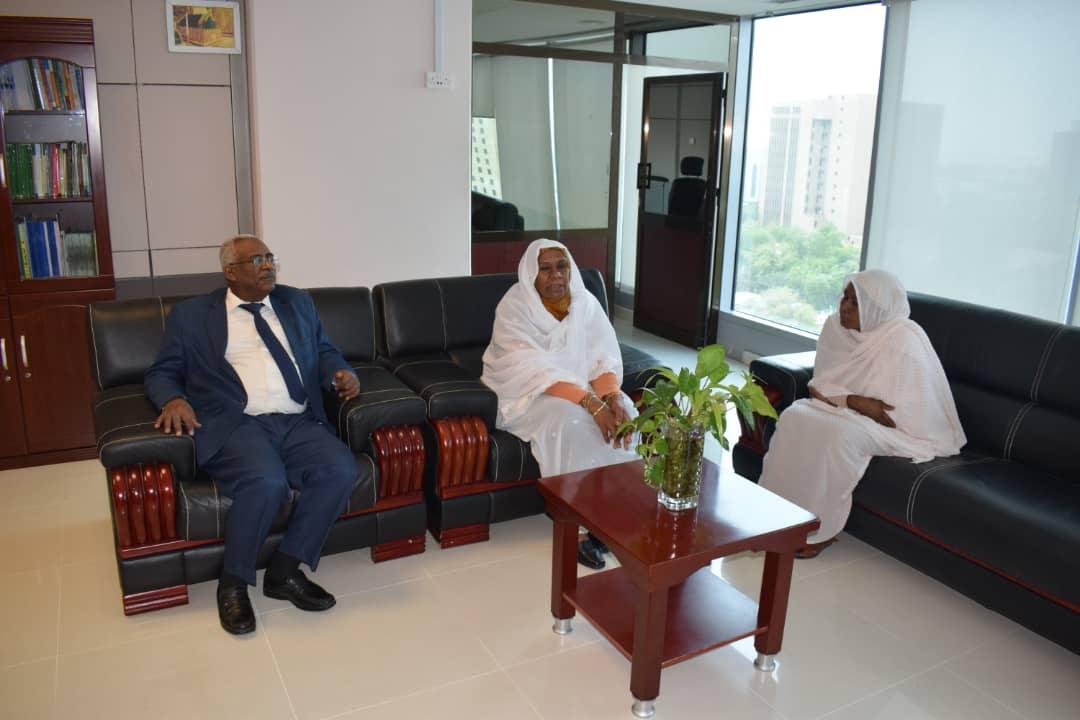 وزيرة الدولة بالعدل تتفقد سير العمل بادارات الوزارة